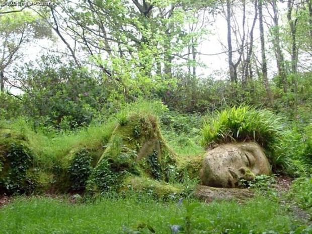 Lạ kỳ bức tượng thiếu nữ nằm ngủ được mẹ thiên nhiên tặng xiêm y thay đổi theo 4 mùa - Ảnh 9.