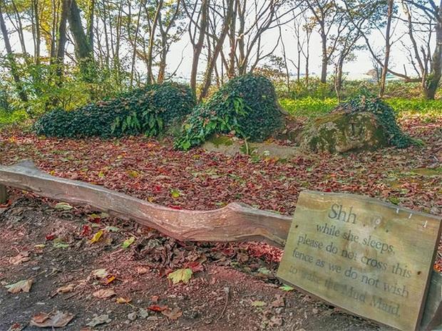 Lạ kỳ bức tượng thiếu nữ nằm ngủ được mẹ thiên nhiên tặng xiêm y thay đổi theo 4 mùa - Ảnh 10.