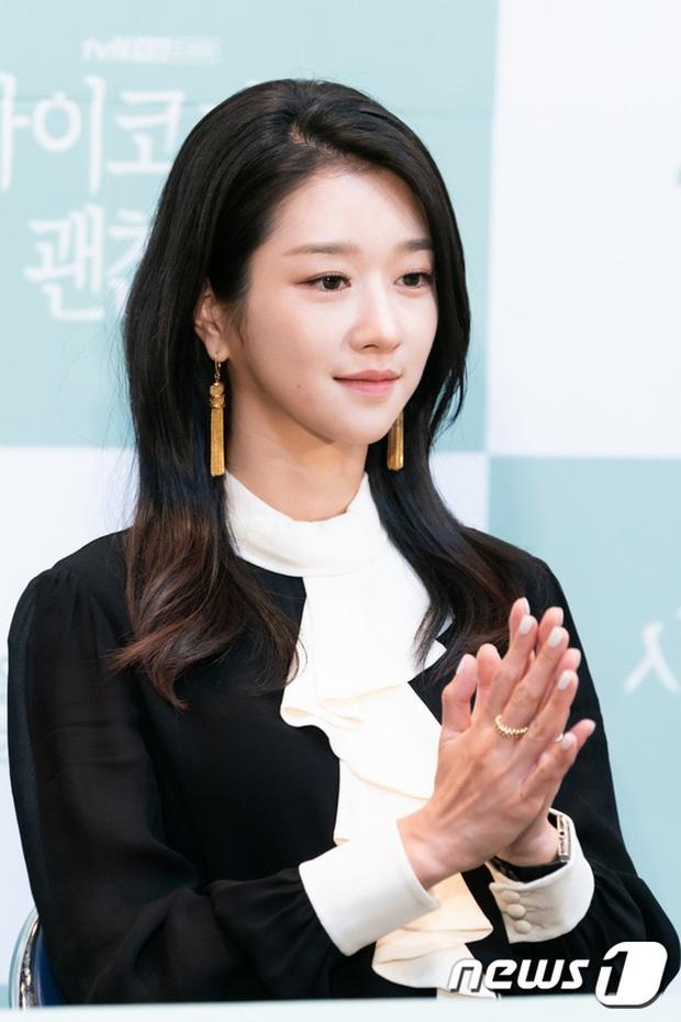 Họp báo hot nhất hôm nay: Kim Soo Hyun gây choáng vì như ma cà rồng hack tuổi, nhưng sao lại bị nữ chính lấn át thế này? - Ảnh 7.