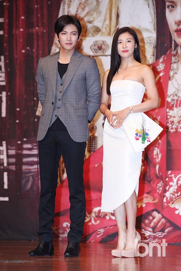 """Đóng phim với ai cũng để lộ hint tình cảm tung tóe nhưng khi đứng cạnh mỹ nhân này, Ji Chang Wook lại """"đơ như tượng"""" - Ảnh 22."""