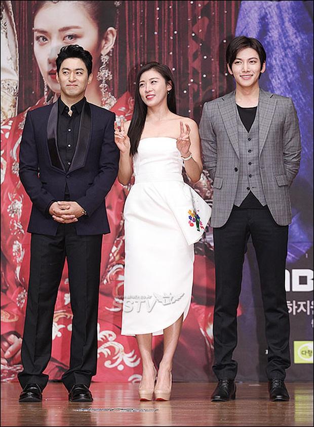 """Đóng phim với ai cũng để lộ hint tình cảm tung tóe nhưng khi đứng cạnh mỹ nhân này, Ji Chang Wook lại """"đơ như tượng"""" - Ảnh 23."""