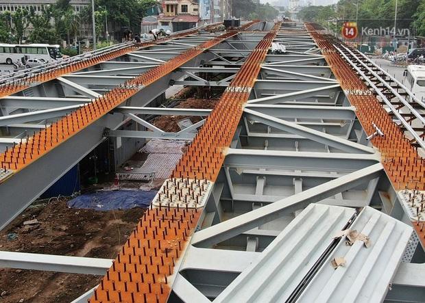Cận cảnh cầu vượt dầm thép nối liền 3 quận nội thành Hà Nội đang gấp rút thi công - Ảnh 7.