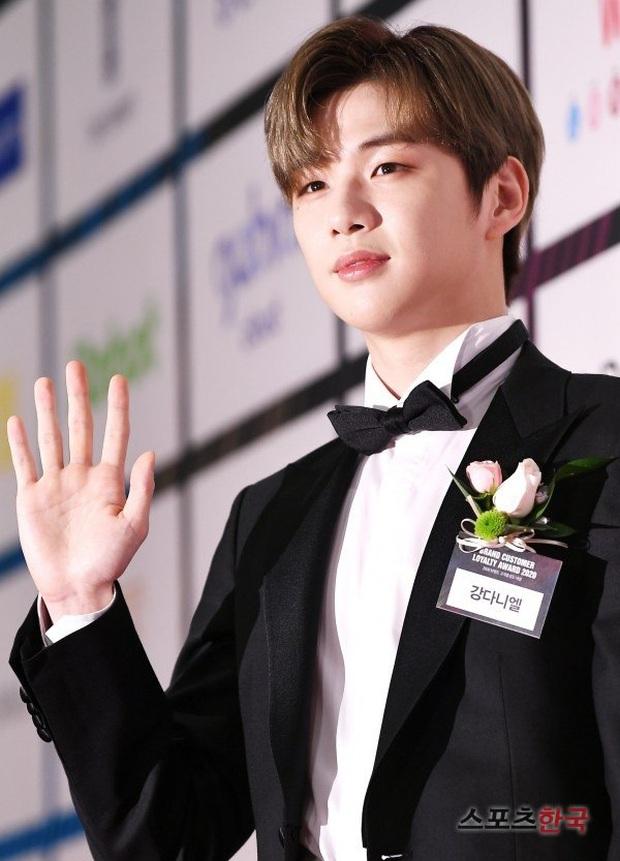"""Để lộ một khung cảnh """"gây sốc"""" trên sóng truyền hình, công ty của Kang Daniel lập tức lên top tìm kiếm, dân tình thi nhau xin ứng tuyển - Ảnh 1."""