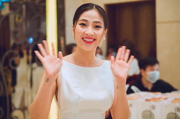 Trương Quỳnh Anh lên đồ siêu xinh tái xuất màn ảnh, Hữu Vi gây sốc với tóc bổ luống ở thảm đỏ Đường Về Có Nhau - Ảnh 5.