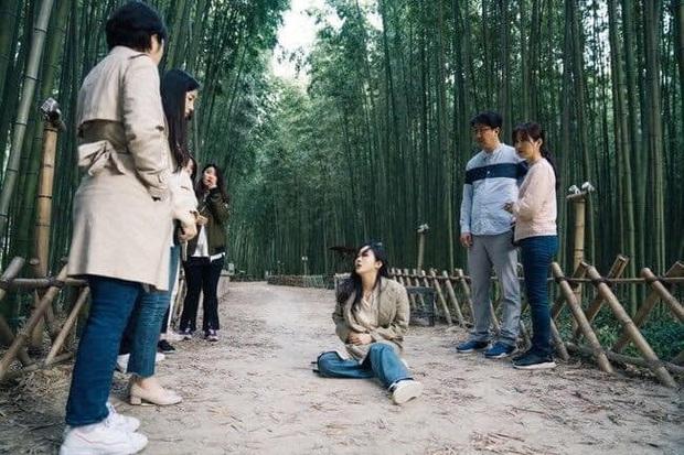 Chú nghịch tặc bất ngờ xổng chuồng, Kim Go Eun du hành thời gian rồi bị đánh bất tỉnh ở Quân Vương Bất Diệt tập cuối? - Ảnh 4.