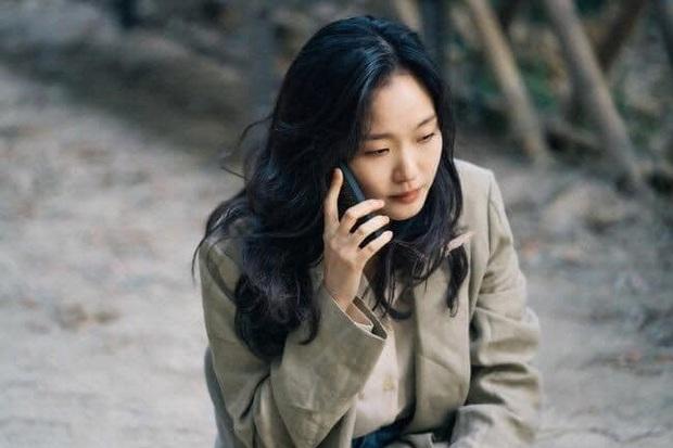 Chú nghịch tặc bất ngờ xổng chuồng, Kim Go Eun du hành thời gian rồi bị đánh bất tỉnh ở Quân Vương Bất Diệt tập cuối? - Ảnh 5.