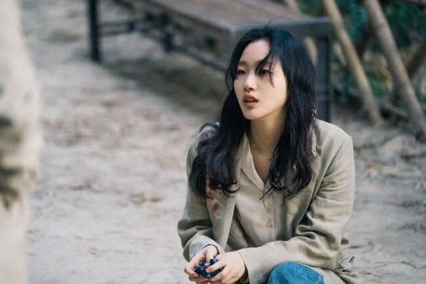 Chú nghịch tặc bất ngờ xổng chuồng, Kim Go Eun du hành thời gian rồi bị đánh bất tỉnh ở Quân Vương Bất Diệt tập cuối? - Ảnh 3.