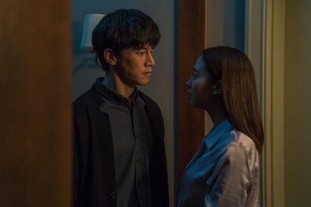 Mợ ngố Song Ji Hyo hóa ác nữ siêu bí ẩn, bị bóp cổ tưởng chết vẫn cười thản nhiên ở trailer Kẻ Xâm Nhập - Ảnh 4.