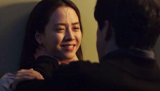 Mợ ngố Song Ji Hyo hóa ác nữ siêu bí ẩn, bị bóp cổ tưởng chết vẫn cười thản nhiên ở trailer Kẻ Xâm Nhập - Ảnh 6.