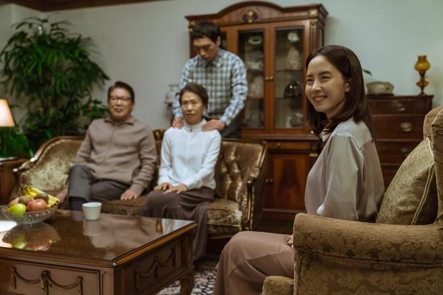 Mợ ngố Song Ji Hyo hóa ác nữ siêu bí ẩn, bị bóp cổ tưởng chết vẫn cười thản nhiên ở trailer Kẻ Xâm Nhập - Ảnh 3.