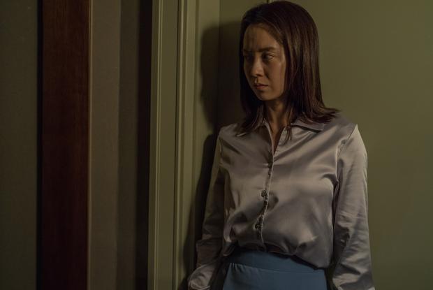Mợ ngố Song Ji Hyo hóa ác nữ siêu bí ẩn, bị bóp cổ tưởng chết vẫn cười thản nhiên ở trailer Kẻ Xâm Nhập - Ảnh 7.