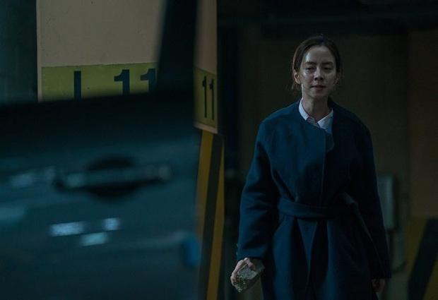 Mợ ngố Song Ji Hyo hóa ác nữ siêu bí ẩn, bị bóp cổ tưởng chết vẫn cười thản nhiên ở trailer Kẻ Xâm Nhập - Ảnh 8.