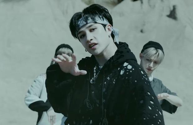 Đã có idol soán ngôi vương của V (BTS): Đổi 7 màu tóc trong 3 tuần, bắt lú fan trên mọi nẻo đường vì thay đổi đến mức chóng mặt - Ảnh 9.