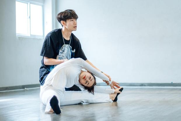 Quang Đăng biên đạo hit mới cho Chi Pu: phức tạp đến mức... đáng quan ngại, đầu gối nữ ca sĩ chấn thương nhưng vẫn bất chấp tập luyện - Ảnh 3.