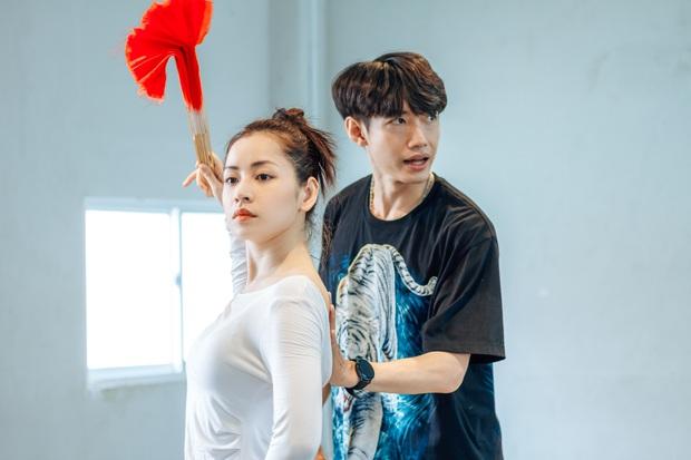 Quang Đăng biên đạo hit mới cho Chi Pu: phức tạp đến mức... đáng quan ngại, đầu gối nữ ca sĩ chấn thương nhưng vẫn bất chấp tập luyện - Ảnh 2.