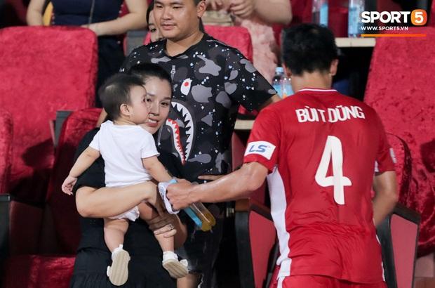 HLV Park Hang-seo ân cần bế con gái Bùi Tiến Dũng nhưng cô bé lại mếu máo đòi mẹ - Ảnh 4.