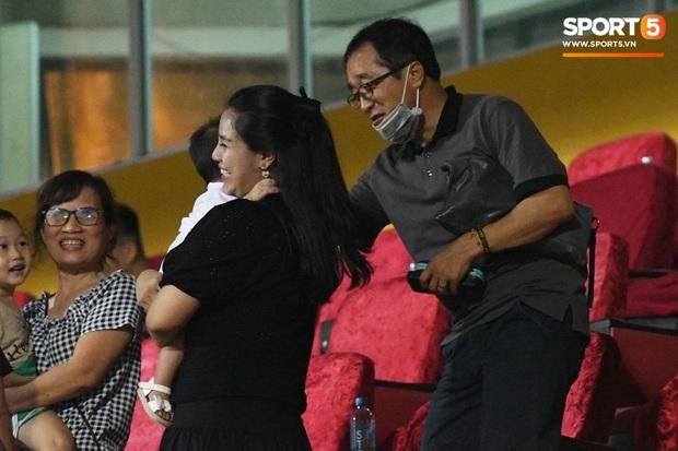 HLV Park Hang-seo ân cần bế con gái Bùi Tiến Dũng nhưng cô bé lại mếu máo đòi mẹ - Ảnh 6.