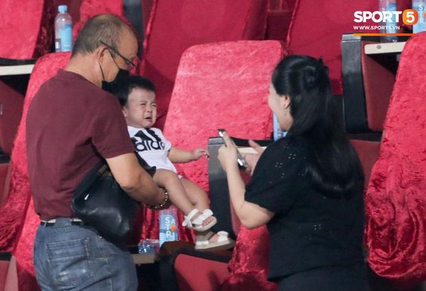 HLV Park Hang-seo ân cần bế con gái Bùi Tiến Dũng nhưng cô bé lại mếu máo đòi mẹ - Ảnh 5.