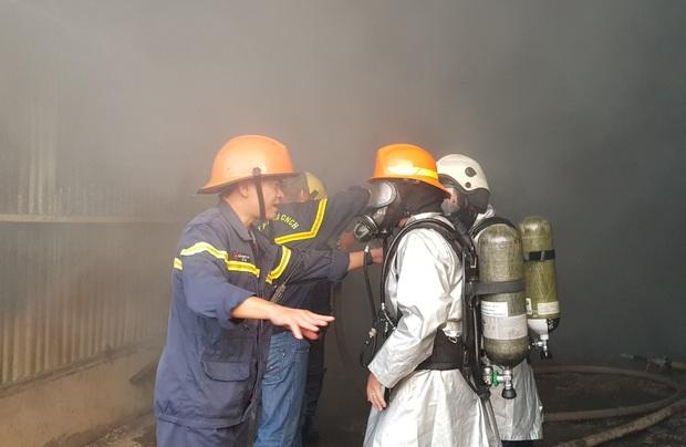Clip: Cháy lớn kinh hoàng tại kho chứa quạt nước ở Đà Nẵng, thiệt hại hàng chục tỷ đồng - Ảnh 6.