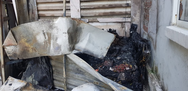 Cứu 4 người bị mắc kẹt trong đám cháy tại khu chung cư - Ảnh 2.