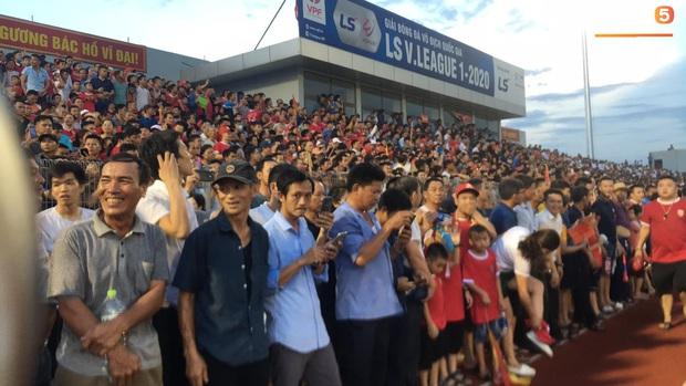 Vỡ sân vận động Hà Tĩnh, fangirl kêu cứu giữa biển người ở trận bóng đá hot nhất thế giới - Ảnh 2.