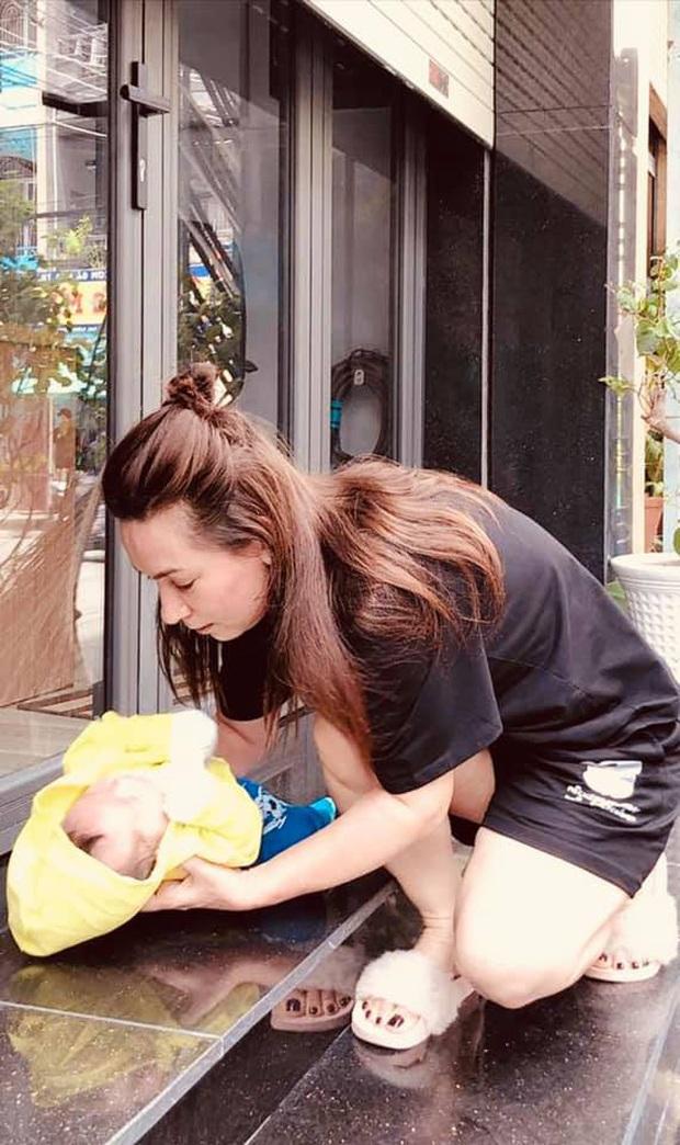 Đã có 22 con nuôi, Phi Nhung hạnh phúc đón nhận thêm 1 bé bị bỏ rơi khiến netizen vô cùng xúc động - Ảnh 2.