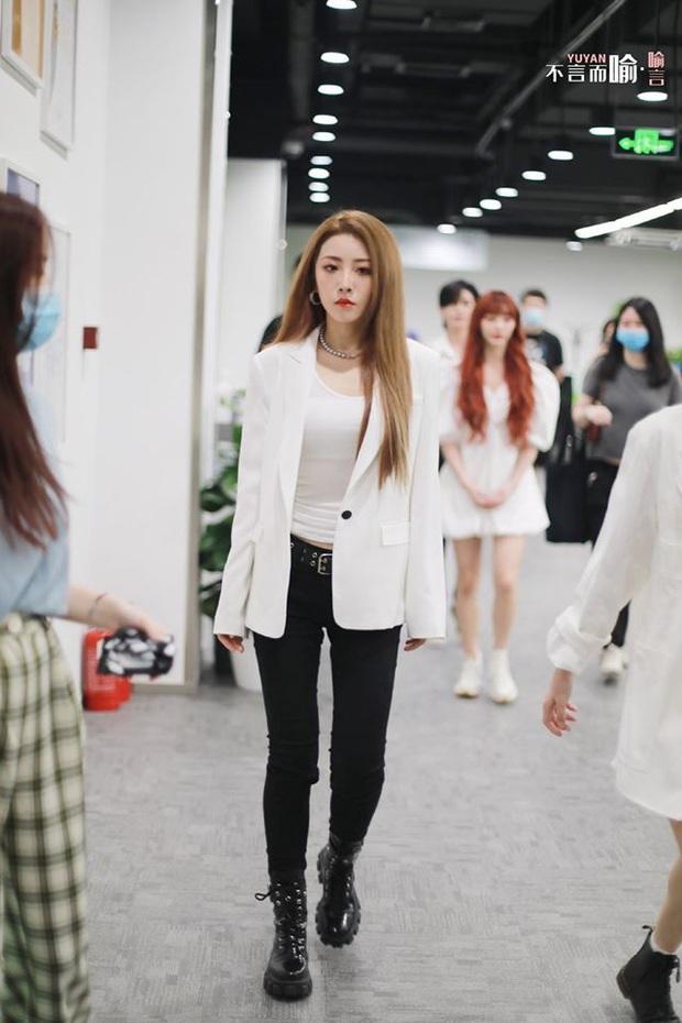 THE9 dự sự kiện sau debut: Ngu Thư Hân lộ diện sau ồn ào với Lisa, maknae gây sốt với body vượt mặt đàn chị - Ảnh 11.