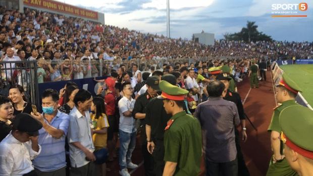 Vỡ sân vận động Hà Tĩnh, fangirl kêu cứu giữa biển người ở trận bóng đá hot nhất thế giới - Ảnh 4.