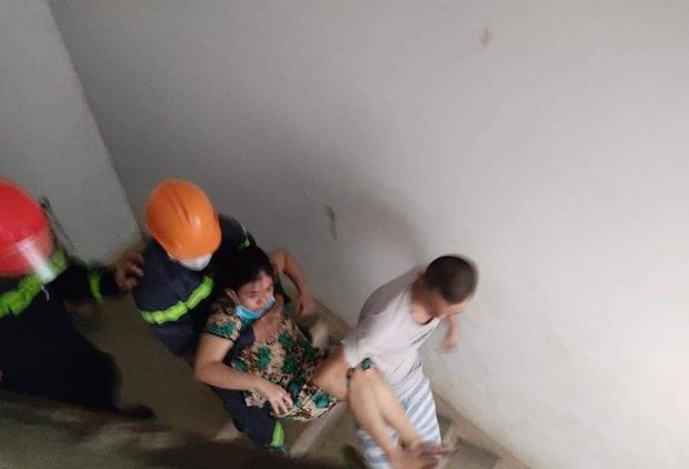 Cứu 4 người bị mắc kẹt trong đám cháy tại khu chung cư - Ảnh 1.