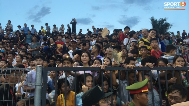 Vỡ sân vận động Hà Tĩnh, fangirl kêu cứu giữa biển người ở trận bóng đá hot nhất thế giới - Ảnh 5.