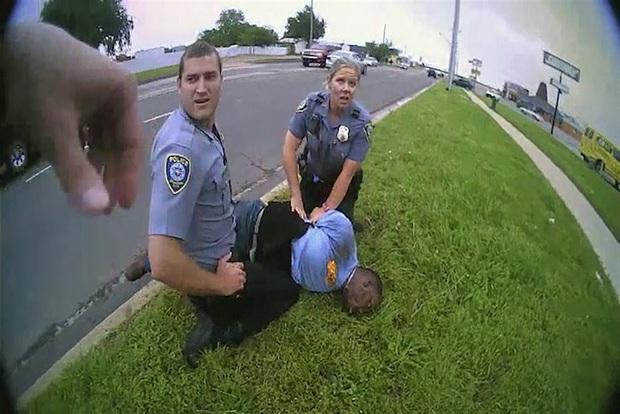 Lộ video cho thấy câu trả lời gây sốc của cảnh sát Mỹ khi nghi phạm cầu xin: Tôi không thể thở được - Ảnh 2.