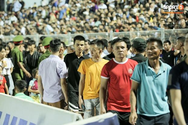 Sân đấu V.League ngập tới nửa khung thành như bể bơi khổng lồ, trận Hà Tĩnh - Viettel bị thách thức - Ảnh 2.