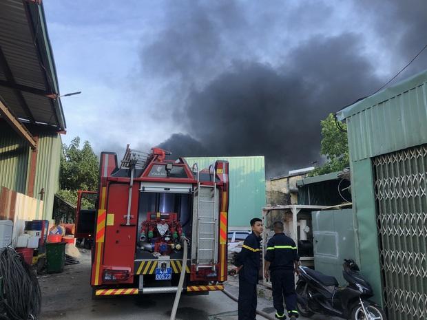 Clip: Cháy lớn kinh hoàng tại kho chứa quạt nước ở Đà Nẵng, thiệt hại hàng chục tỷ đồng - Ảnh 2.