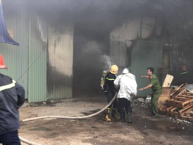 Clip: Cháy lớn kinh hoàng tại kho chứa quạt nước ở Đà Nẵng, thiệt hại hàng chục tỷ đồng - Ảnh 5.