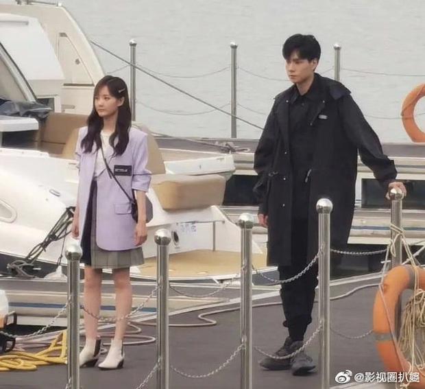 Hồ Nhất Thiên - Lý Nhất Đồng diện đồ đôi ở hậu trường lên phim tung hứng nhạt nhẽo thế này? - Ảnh 9.