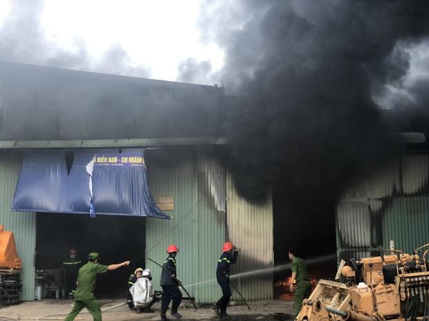 Clip: Cháy lớn kinh hoàng tại kho chứa quạt nước ở Đà Nẵng, thiệt hại hàng chục tỷ đồng - Ảnh 4.