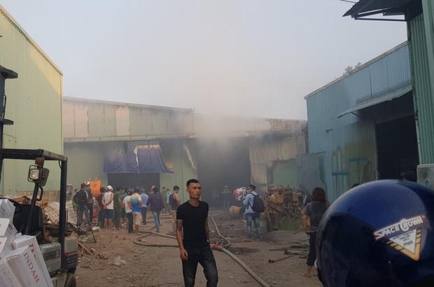 Clip: Cháy lớn kinh hoàng tại kho chứa quạt nước ở Đà Nẵng, thiệt hại hàng chục tỷ đồng - Ảnh 3.