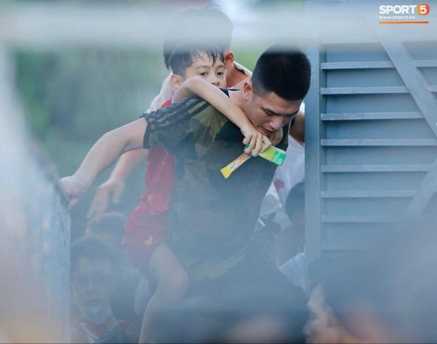 Vỡ sân vận động Hà Tĩnh, fangirl kêu cứu giữa biển người ở trận bóng đá hot nhất thế giới - Ảnh 11.