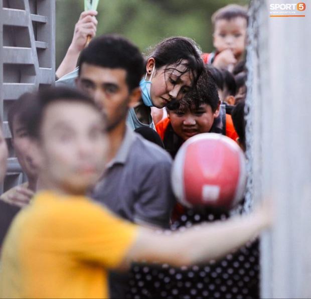 Vỡ sân vận động Hà Tĩnh, fangirl kêu cứu giữa biển người ở trận bóng đá hot nhất thế giới - Ảnh 10.