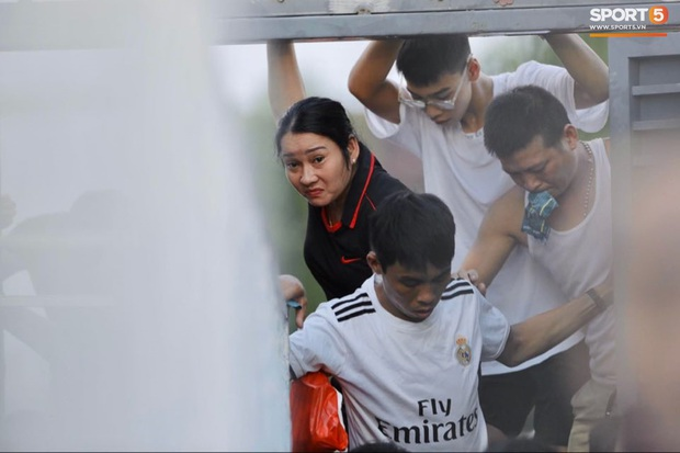 Vỡ sân vận động Hà Tĩnh, fangirl kêu cứu giữa biển người ở trận bóng đá hot nhất thế giới - Ảnh 9.