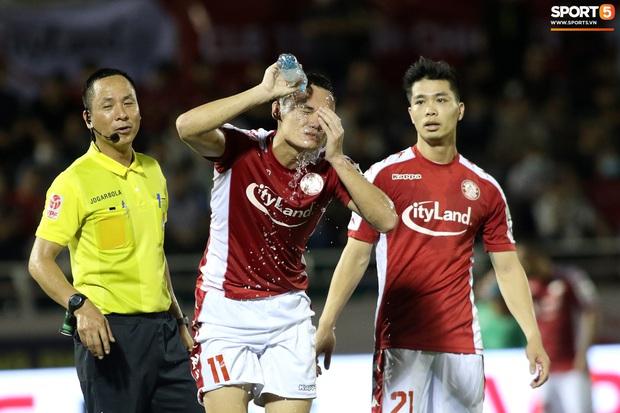 """HLV Hàn Quốc cáu giận vì trọng tài nhiều lần ngó lơ khi Công Phượng và đồng đội bị """"gạt tay trúng má"""" - Ảnh 9."""