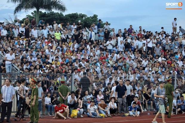 Vỡ sân vận động Hà Tĩnh, fangirl kêu cứu giữa biển người ở trận bóng đá hot nhất thế giới - Ảnh 8.
