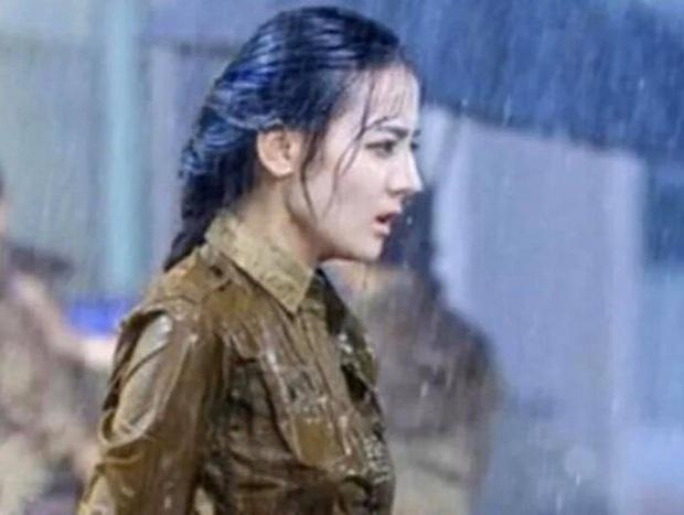 Khi mỹ nhân Cbiz dầm mưa so deep: Dương Mịch lộ luôn khuyết điểm, Lưu Thi Thi đẹp đến nao lòng - Ảnh 10.