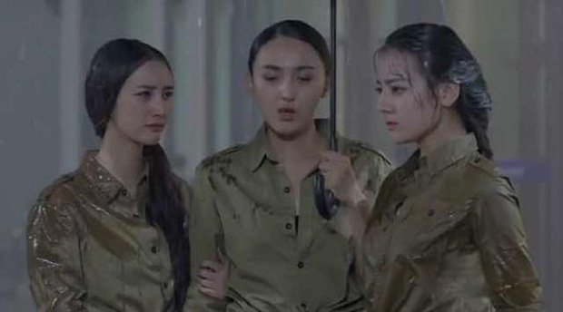 Khi mỹ nhân Cbiz dầm mưa so deep: Dương Mịch lộ luôn khuyết điểm, Lưu Thi Thi đẹp đến nao lòng - Ảnh 11.