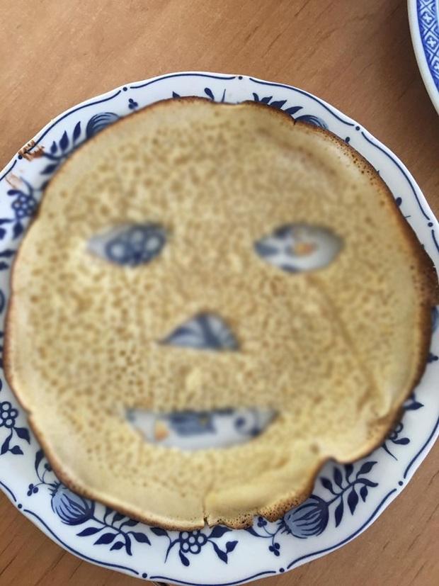 """Lỡ rán bánh bột mì bị cháy, mẹ nội trợ biến thành… mặt nạ để chụp hình cho vui nhưng lại khiến dân tình """"nổi hết cả da gà"""" vì một điểm này - Ảnh 3."""