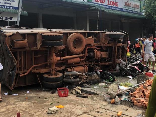 NÓNG: Kinh hoàng xe tải lao thẳng vào chợ, 5 người chết, nhiều người bị thương nằm la liệt - Ảnh 3.