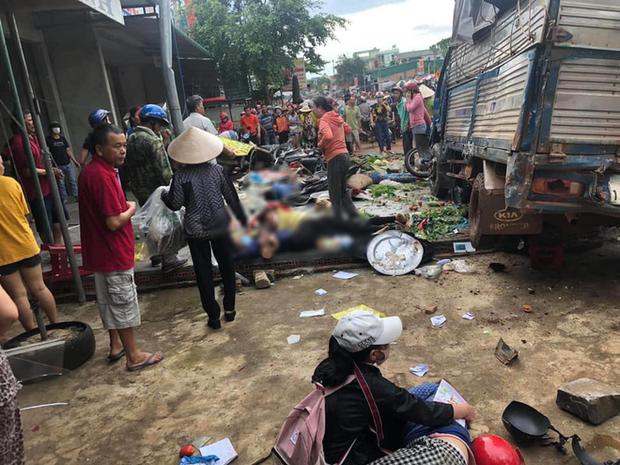 NÓNG: Kinh hoàng xe tải lao thẳng vào chợ, 5 người chết, nhiều người bị thương nằm la liệt - Ảnh 1.