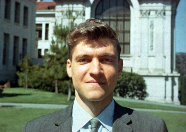 Sinh viên xuất sắc của Harvard, làm giáo sư lúc 25 tuổi nhưng trở thành tên tội phạm nguy hiểm nhất nước Mỹ chỉ vì lý do này - Ảnh 2.