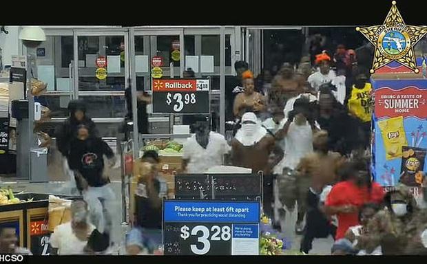 Mỹ: Hàng trăm người lao vào đập phá siêu thị, cướp đồ tự nhiên như chốn không người - Ảnh 1.