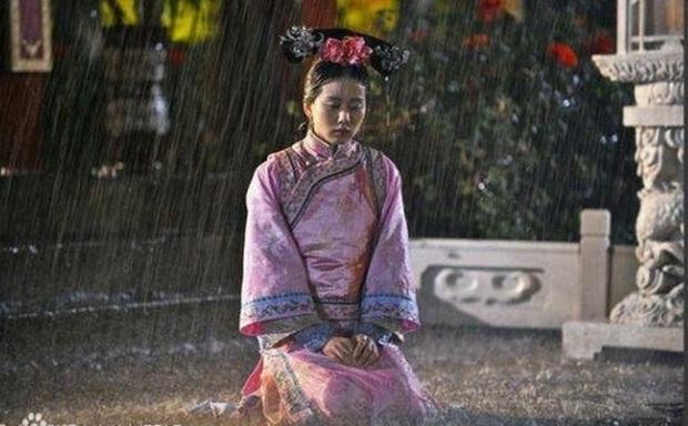 Khi mỹ nhân Cbiz dầm mưa so deep: Dương Mịch lộ luôn khuyết điểm, Lưu Thi Thi đẹp đến nao lòng - Ảnh 2.